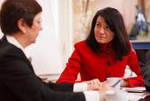 Bir iş toplantısı iki ciddi kadın — Stok fotoğraf