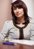 Atractiva mujer sentada en la oficina — Foto de Stock