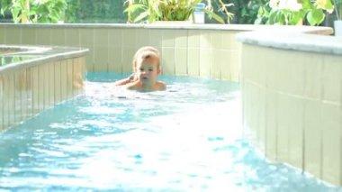 Mutter und ihr kleiner sohn schwimmen im wasser-labyrinth. familienspass im wasserpark — Stockvideo