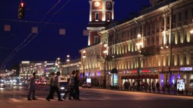 Nevsky Prospect at night: people crossing the road near illuminated old building. St. Petersburg, Russia — Stock Video
