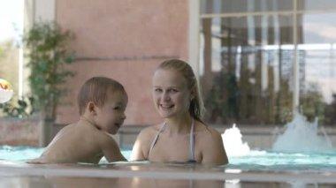 Mamma och hennes son i poolen. — Stockvideo