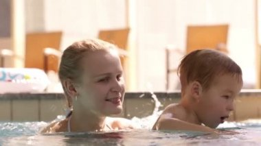 Mother and her son in the swimming pool. — Stock Video