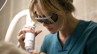 Doing a fractional skin laser treatment — Stock Video