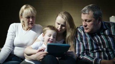 Met behulp van de familie touchpad — Stockvideo