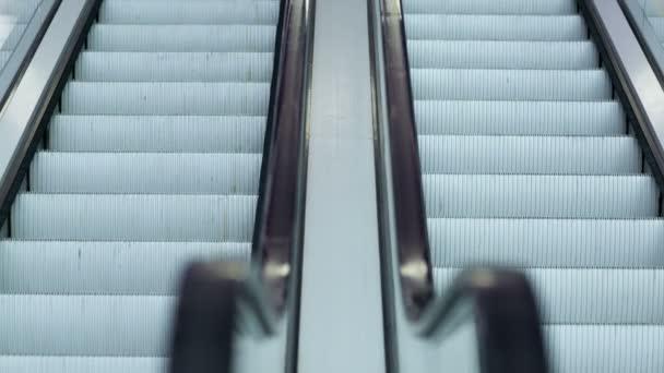 Escalator en centre commercial — Vidéo