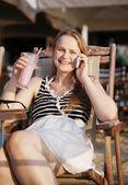 彼女の携帯電話で話している女性 — ストック写真