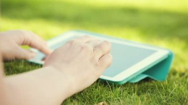 Using touchpad outdoor — Stock Video