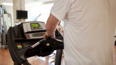 Walking on the treadmill — 图库视频影像