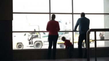 Young family watching planes at an airport — Stock Video