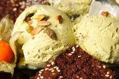 Helado de pistacho con nueces — Foto de Stock