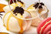 Gastronomische vanille-ijs met bitterkoekjes — Stockfoto