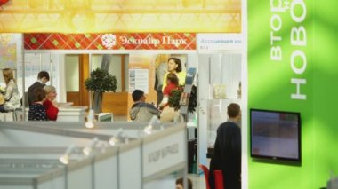 At Moscow property expo at Gostiny Dvor — Stock Video