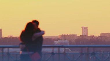 在日落时亲吻的年轻夫妇 — 图库视频影像