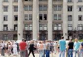 People outside the burnt Trade Unions House in Odessa coming to honor the victims of 2 May 2014 clashes — Stock Photo