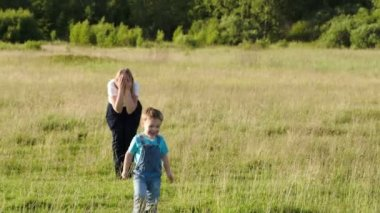 Mother and her son playing bo-peep outdoor — Stock Video