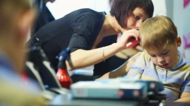Little child getting his hair cut at the hairdressing saloon — Vídeo de stock