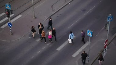 People crossing the road — Vidéo