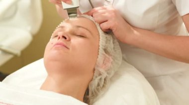 Woman getting ultrasonic face cleaning at beauty spa — Stock Video