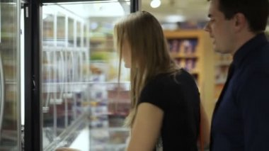 Man and woman buying prepack — Stock Video
