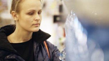 Kobieta wybierając butelki wody mineralnej — Wideo stockowe