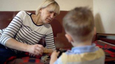 бабушка и granson, играет с игрушками — Стоковое видео