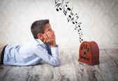 Chico escuchando radio retro — Foto de Stock