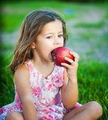 Comer una manzana chica — Foto de Stock