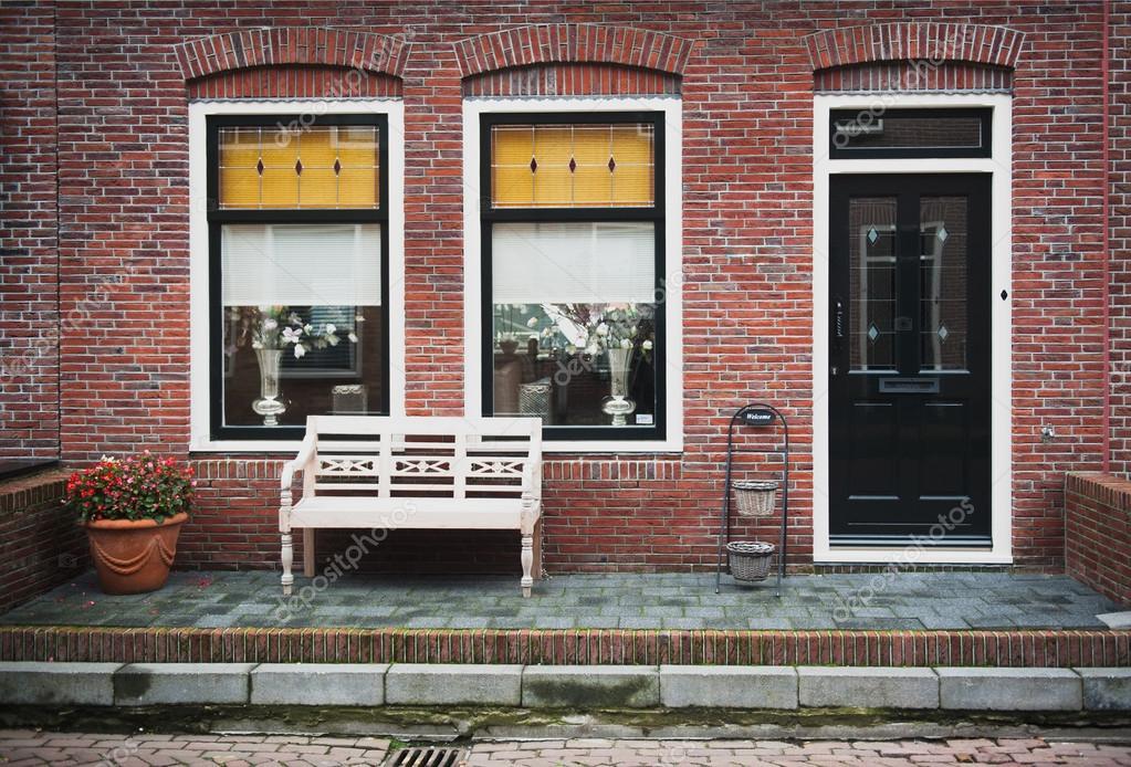 fa ade de maison en brique rouge photographie esperanzacarlos 36272623. Black Bedroom Furniture Sets. Home Design Ideas