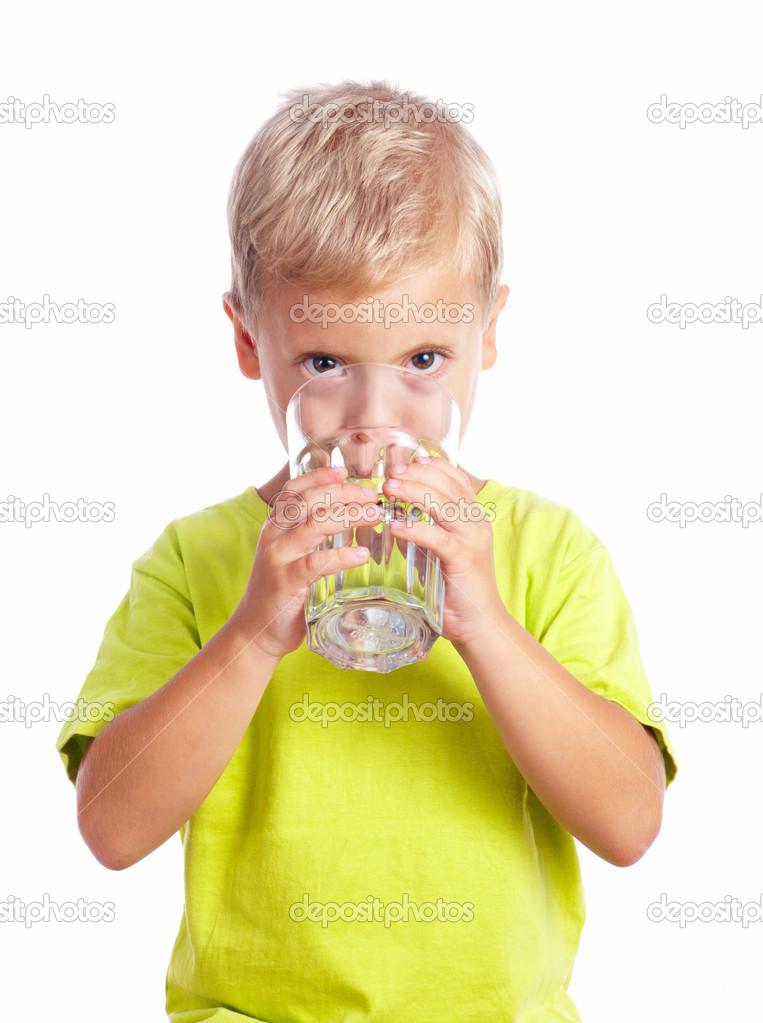男孩从玻璃杯子喝水