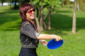 Jovem mulher com frisbee — Foto Stock