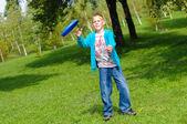Malý chlapec hrát frisbee — Stock fotografie
