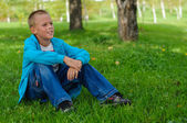 Joven sentado al aire libre — Foto de Stock