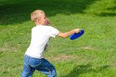 маленький мальчик, играя фрисби — Стоковое фото