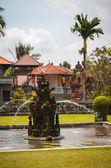 Fontána u hlavní brány do pura taman ayun — Stock fotografie
