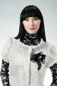 黒のブローチを持つ少女 — ストック写真