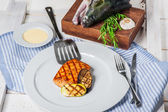 Grilled salmon — Stockfoto