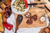 Gebakken pittige vlees met gegrilde groenten — Stockfoto
