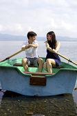 Gelukkige paar verliefd op boot in vakantie — Stockfoto