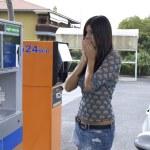 女人惊讶的汽油站天然气价格 — 图库照片