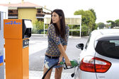 Young woman putting fuel to her car — Стоковое фото