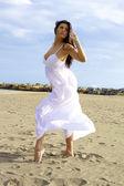Krásná tanečnice pózuje na pláži — Stock fotografie