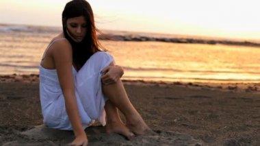 Woman sitting on sand — Stock Video
