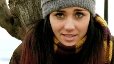 Young woman freezing outdoors in the winter — Stock Video