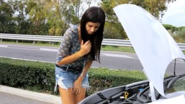 Woman making funny expression for her broken car — Stock Video