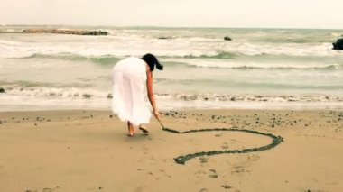 Woman writing I love you on sand — Stock Video