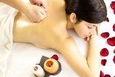 Mujer a volver masaje del terapeuta profesional masculino — Foto de Stock