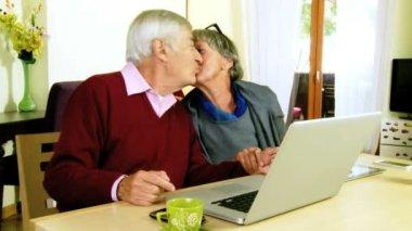 Happy elder couple kissing — Stock Video