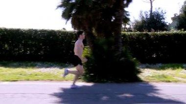 Profesyonel runner sokakta koşu — Stok video