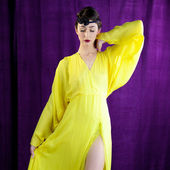 Fashion model with retro look 50s with closed eyes posing — Stock Photo