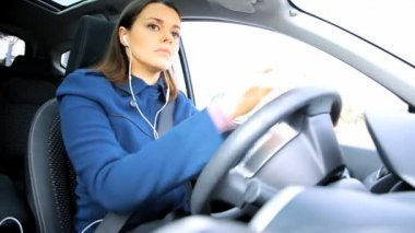 Woman starting to drive car — 图库视频影像